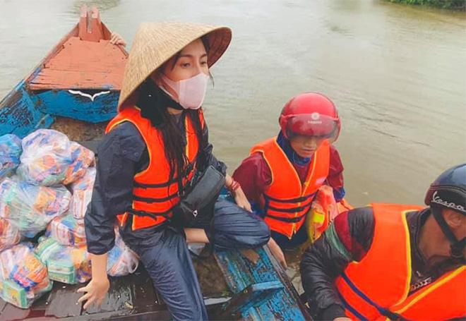 Mặc cảnh báo nguy hiểm từ cơn bão số 9, Thủy Tiên và Công Vinh trở lại miền Trung cứu trợ-1