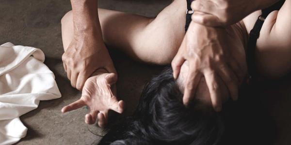 Sau 1 tháng kết hôn, người phụ nữ run sợ với hành động bệnh hoạn của bố chồng và phát hiện ra quy tắc ngầm trong gia đình chồng-1