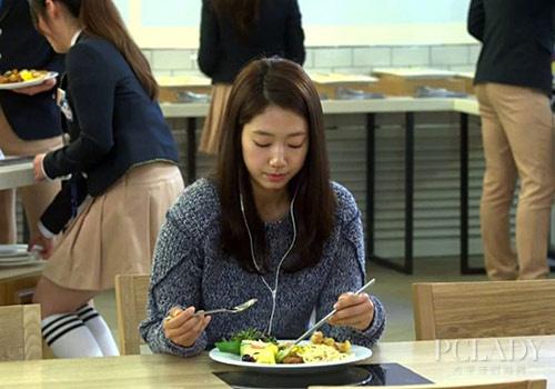 Son Ye Jin, Park Shin Hye đóng vai con nhà nghèo vẫn diện đồ hiệu giá 100 triệu-9