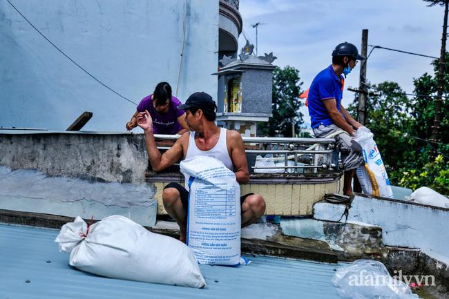 Bão số 9 đang tới gần, người dân Quảng Nam khẩn trương chằng chống nhà cửa bằng túi và can nhựa đầy nước-1