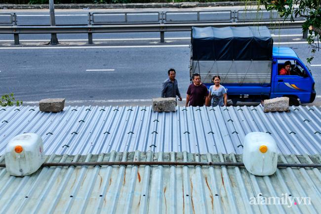 Bão số 9 đang tới gần, người dân Quảng Nam khẩn trương chằng chống nhà cửa bằng túi và can nhựa đầy nước-3