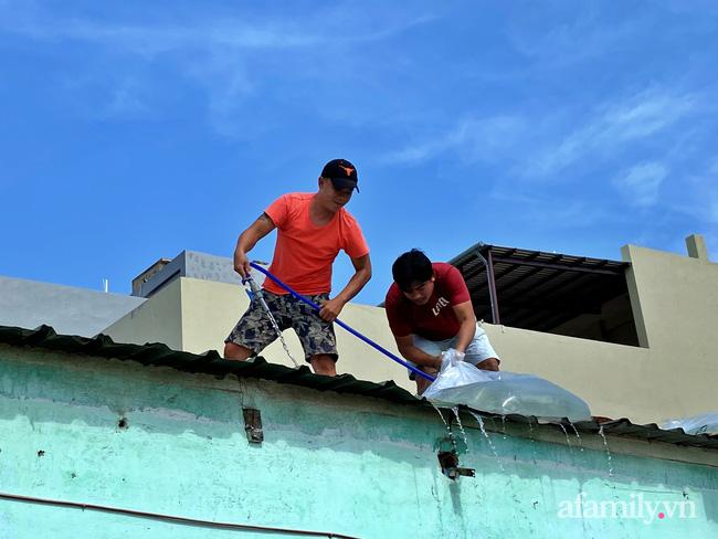 Bão số 9 đang tới gần, người dân Quảng Nam khẩn trương chằng chống nhà cửa bằng túi và can nhựa đầy nước-4