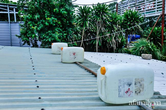 Bão số 9 đang tới gần, người dân Quảng Nam khẩn trương chằng chống nhà cửa bằng túi và can nhựa đầy nước-5