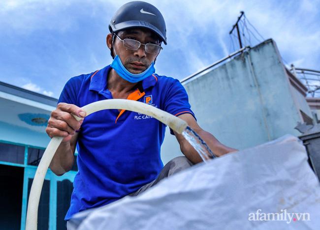 Bão số 9 đang tới gần, người dân Quảng Nam khẩn trương chằng chống nhà cửa bằng túi và can nhựa đầy nước-6
