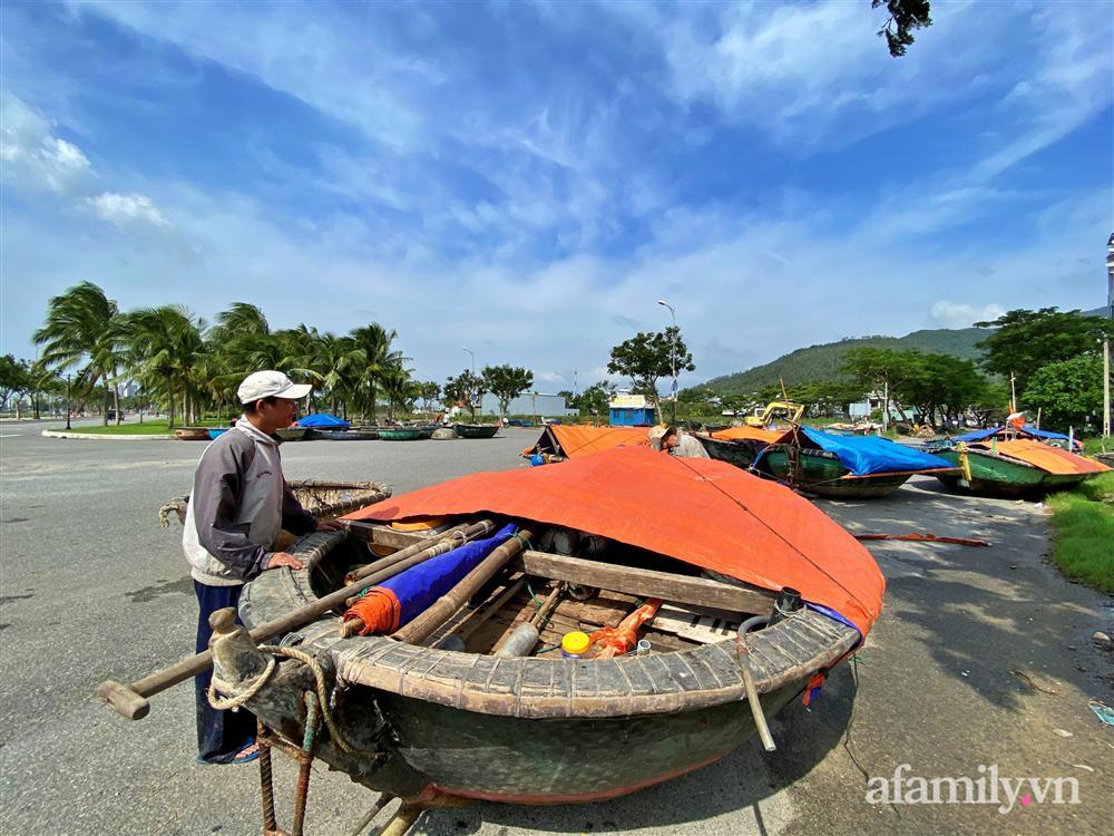 Bão số 9 đang tới gần, người dân Quảng Nam khẩn trương chằng chống nhà cửa bằng túi và can nhựa đầy nước-7