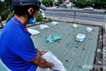 Bão số 9 đang tới gần, người dân Quảng Nam khẩn trương chằng chống nhà cửa bằng túi và can nhựa đầy nước