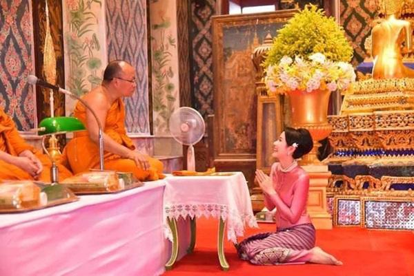 Chỉ bằng cử chỉ đầy tinh tế được trông thấy liên tục thời gian qua, Hoàng quý phi Thái Lan đã ghi điểm tuyệt đối trong lòng dân chúng-1