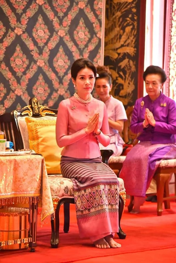 Chỉ bằng cử chỉ đầy tinh tế được trông thấy liên tục thời gian qua, Hoàng quý phi Thái Lan đã ghi điểm tuyệt đối trong lòng dân chúng-2