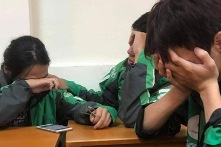 Xôn xao câu chuyện về 3 sinh viên miền Trung đi học xa nhà, chạy xe ôm công nghệ: Bật khóc ngay trong lớp khi nghe tin nhà cửa bị trôi sạch