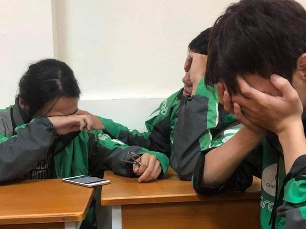 Xôn xao câu chuyện về 3 sinh viên miền Trung đi học xa nhà, chạy xe ôm công nghệ: Bật khóc ngay trong lớp khi nghe tin nhà cửa bị trôi sạch-1