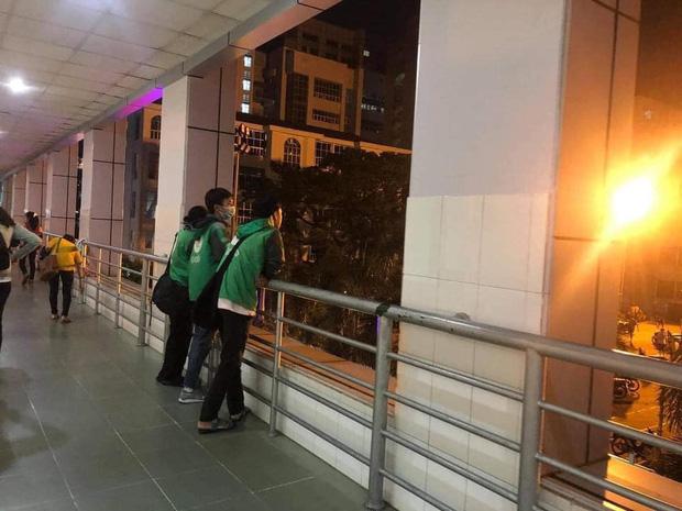 Xôn xao câu chuyện về 3 sinh viên miền Trung đi học xa nhà, chạy xe ôm công nghệ: Bật khóc ngay trong lớp khi nghe tin nhà cửa bị trôi sạch-3