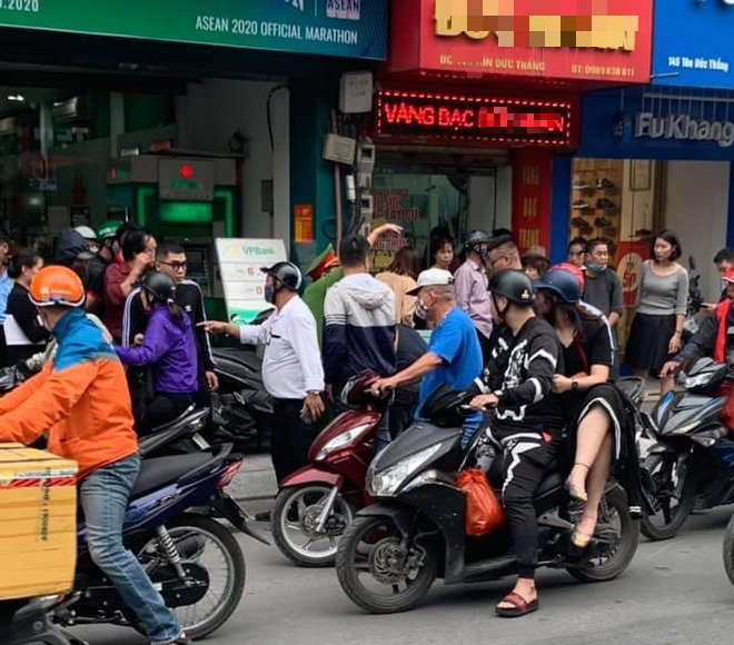 Nam thanh niên táo tợn cầm dao lao vào cướp tiệm vàng giữa ban ngày ở Hà Nội-2