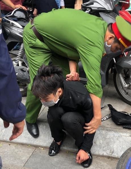 Nam thanh niên táo tợn cầm dao lao vào cướp tiệm vàng giữa ban ngày ở Hà Nội-3
