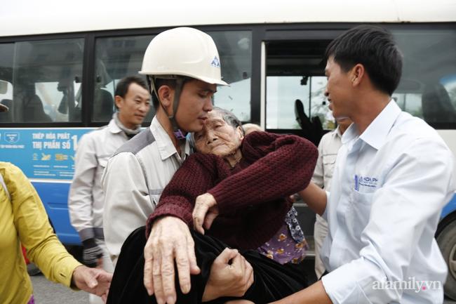 CẬN CẢNH TỪ TÂM BÃO: Hàng nghìn người dân Quảng Ngãi được sơ tán tới nơi an toàn, ưu tiên người già và trẻ nhỏ-5