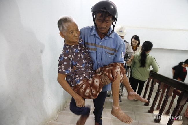 CẬN CẢNH TỪ TÂM BÃO: Hàng nghìn người dân Quảng Ngãi được sơ tán tới nơi an toàn, ưu tiên người già và trẻ nhỏ-6