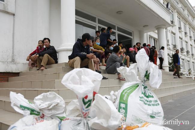 CẬN CẢNH TỪ TÂM BÃO: Hàng nghìn người dân Quảng Ngãi được sơ tán tới nơi an toàn, ưu tiên người già và trẻ nhỏ-7