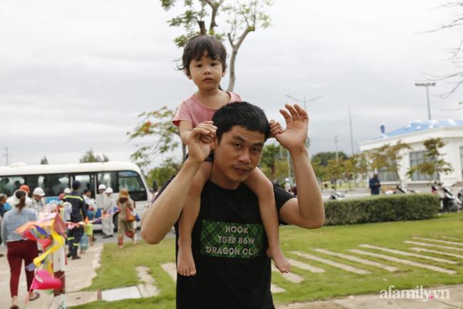 CẬN CẢNH TỪ TÂM BÃO: Hàng nghìn người dân Quảng Ngãi được sơ tán tới nơi an toàn, ưu tiên người già và trẻ nhỏ-9