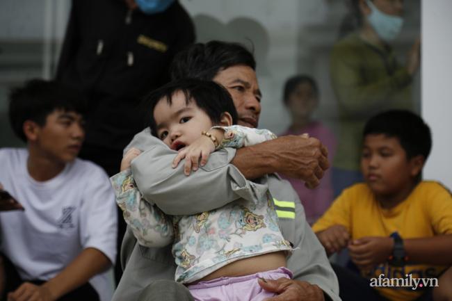 CẬN CẢNH TỪ TÂM BÃO: Hàng nghìn người dân Quảng Ngãi được sơ tán tới nơi an toàn, ưu tiên người già và trẻ nhỏ-10