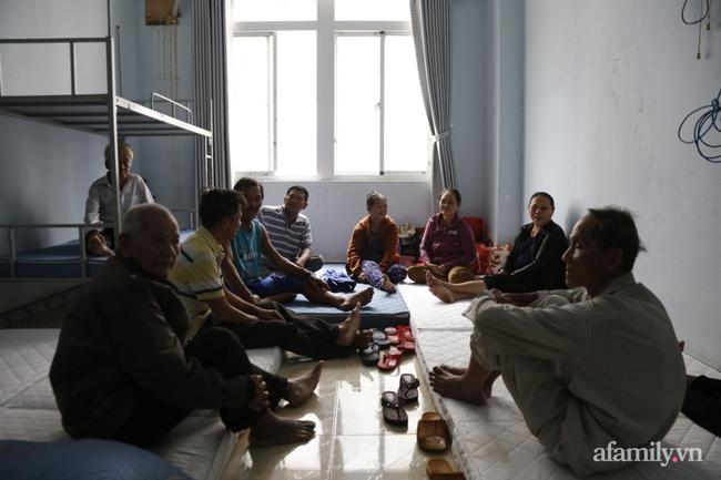 CẬN CẢNH TỪ TÂM BÃO: Hàng nghìn người dân Quảng Ngãi được sơ tán tới nơi an toàn, ưu tiên người già và trẻ nhỏ-11