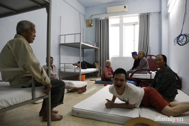 CẬN CẢNH TỪ TÂM BÃO: Hàng nghìn người dân Quảng Ngãi được sơ tán tới nơi an toàn, ưu tiên người già và trẻ nhỏ-12
