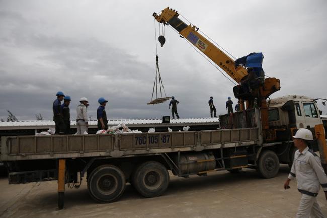 CẬN CẢNH TỪ TÂM BÃO: Hàng nghìn người dân Quảng Ngãi được sơ tán tới nơi an toàn, ưu tiên người già và trẻ nhỏ-18