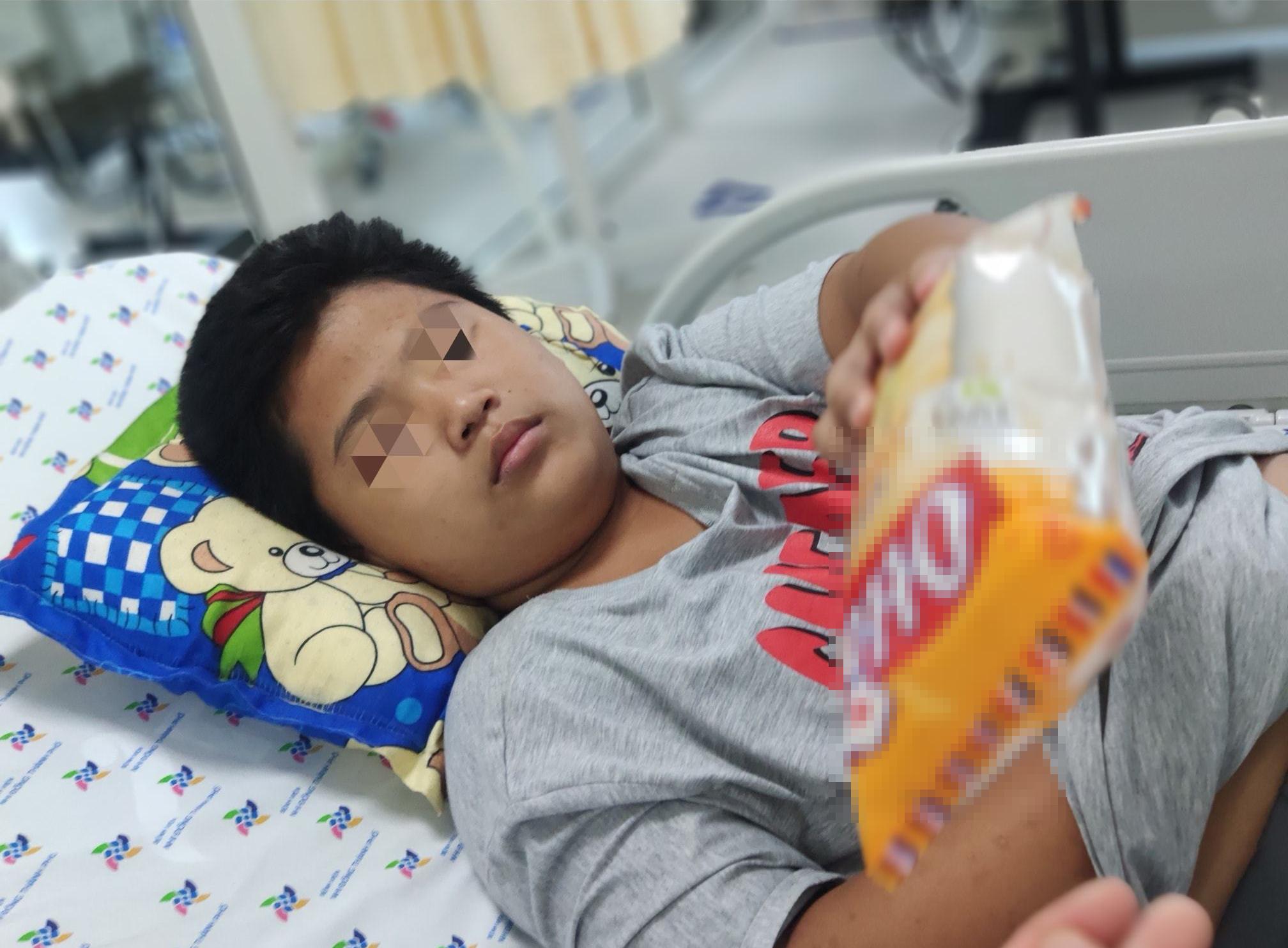 Bị bạn liên tục nhấn nước khi đi bơi tại hồ bơi, bé trai 14 tuổi nhập viện nguy kịch: Tím tái, không thở được-3