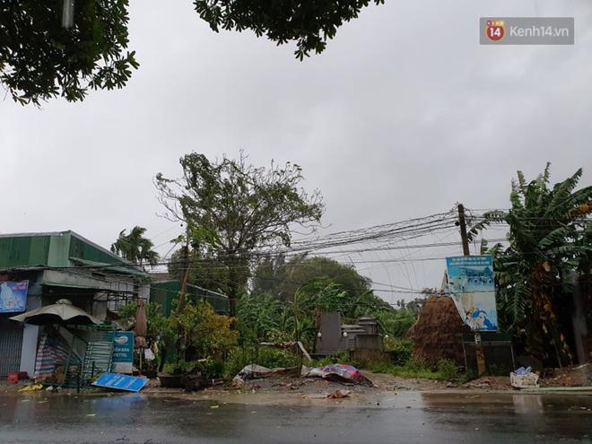 Bão số 9 đổ bộ: Gió giật mạnh ở Quảng Ngãi, đã có nhà bị tốc mái; phong toả một phần Quốc lộ 1A khiến hàng trăm xe ùn tắc-2