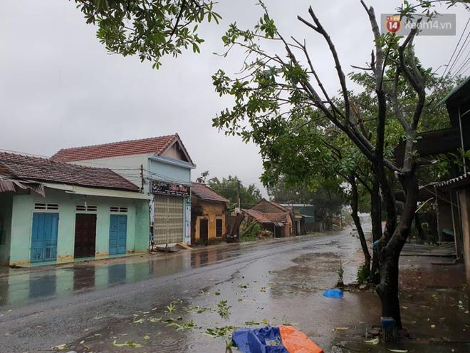 Bão số 9 đổ bộ: Gió giật mạnh ở Quảng Ngãi, đã có nhà bị tốc mái; phong toả một phần Quốc lộ 1A khiến hàng trăm xe ùn tắc-4