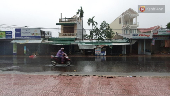 Bão số 9 đổ bộ: Gió giật mạnh ở Quảng Ngãi, đã có nhà bị tốc mái; phong toả một phần Quốc lộ 1A khiến hàng trăm xe ùn tắc-5