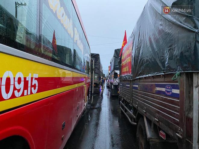 Bão số 9 đổ bộ: Gió giật mạnh ở Quảng Ngãi, đã có nhà bị tốc mái; phong toả một phần Quốc lộ 1A khiến hàng trăm xe ùn tắc-11