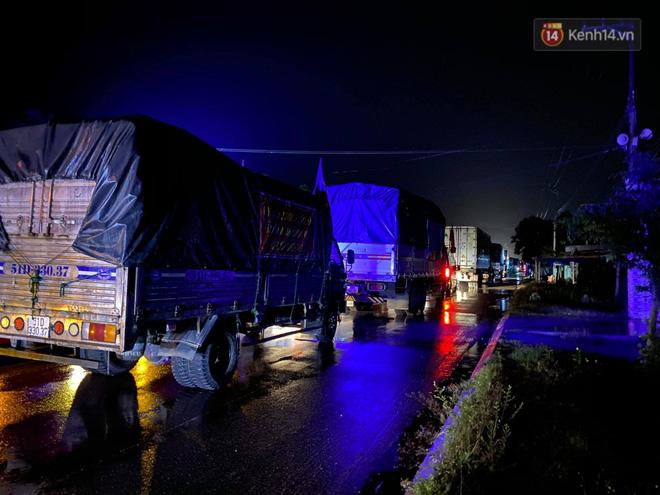 Bão số 9 đổ bộ: Gió giật mạnh ở Quảng Ngãi, đã có nhà bị tốc mái; phong toả một phần Quốc lộ 1A khiến hàng trăm xe ùn tắc-8