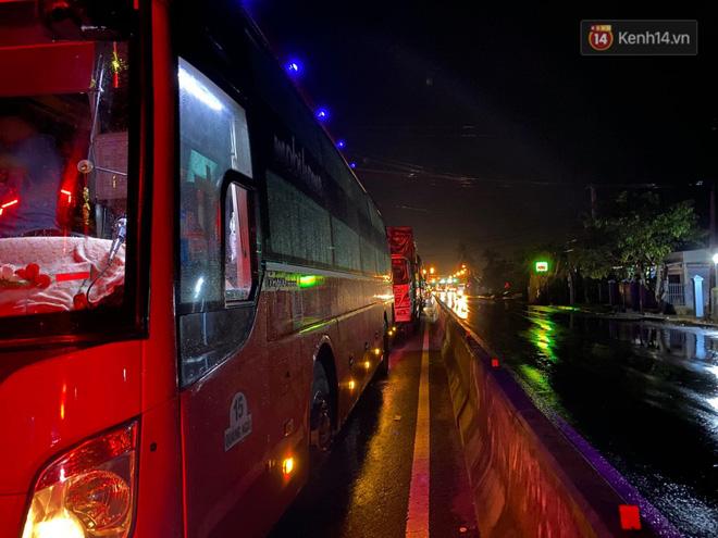 Bão số 9 đổ bộ: Gió giật mạnh ở Quảng Ngãi, đã có nhà bị tốc mái; phong toả một phần Quốc lộ 1A khiến hàng trăm xe ùn tắc-10