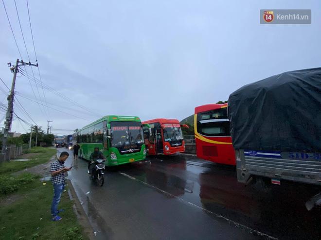 Bão số 9 đổ bộ: Gió giật mạnh ở Quảng Ngãi, đã có nhà bị tốc mái; phong toả một phần Quốc lộ 1A khiến hàng trăm xe ùn tắc-12