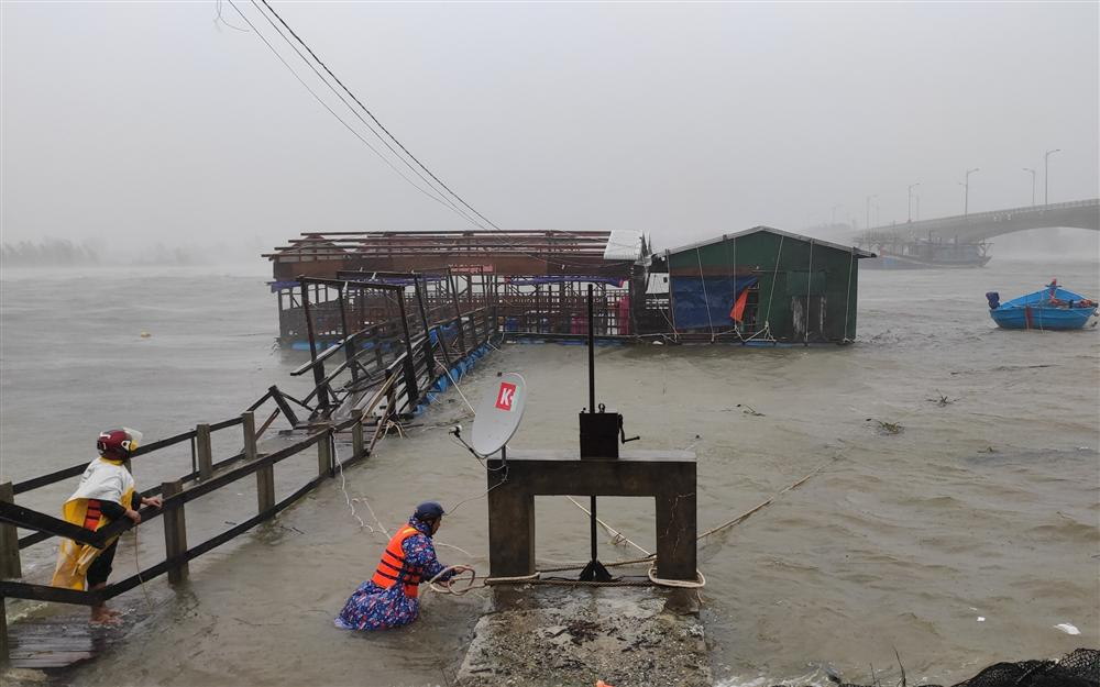 KHẨN CẤP: Đường dây nóng, số điện thoại cứu nạn người dân vùng tâm bão Quảng Ngãi cần lưu ý-1