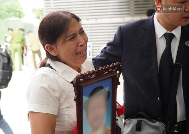 Vụ án mẹ đẻ, bố dượng bạo hành bé gái 3 tuổi tử vong: Cháu bị đối xử quá tàn nhẫn và độc ác mà tôi không hề hay biết-7