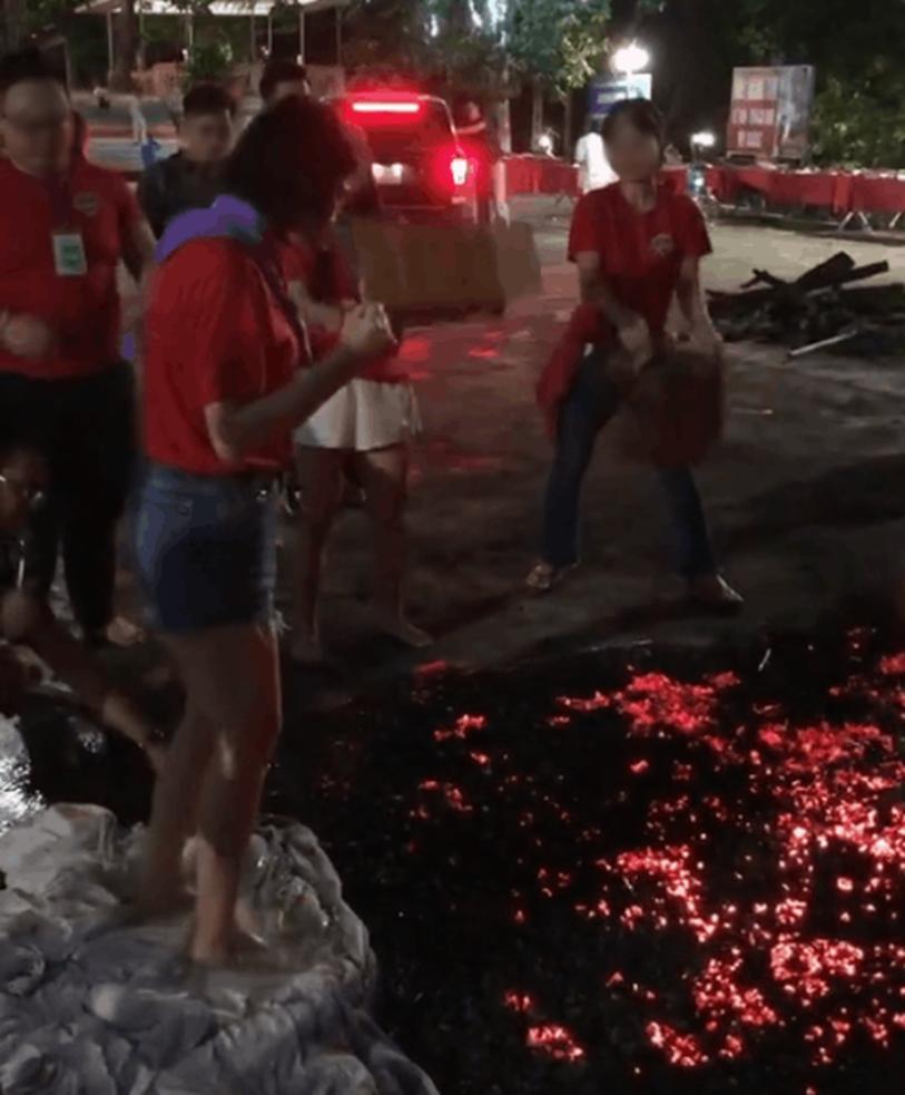 Cộng đồng mạng xôn xao với cảnh tượng đám đông hò reo giục cô gái đi trên đống than đỏ rực, kết quả khiến ai cũng bất ngờ lẫn tranh cãi-1