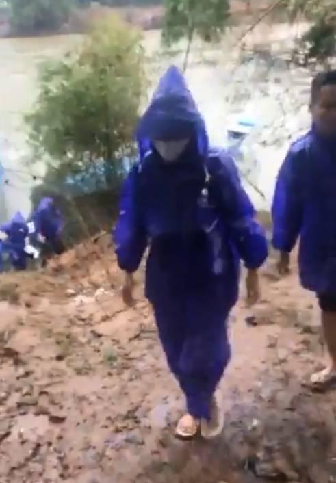 Thủy Tiên - Công Vinh đội mưa lớn đi trao tiền cho người dân miền Trung, tiếp tục nhắc lại câu nói gây xúc động-3
