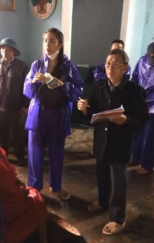Thủy Tiên - Công Vinh đội mưa lớn đi trao tiền cho người dân miền Trung, tiếp tục nhắc lại câu nói gây xúc động-6