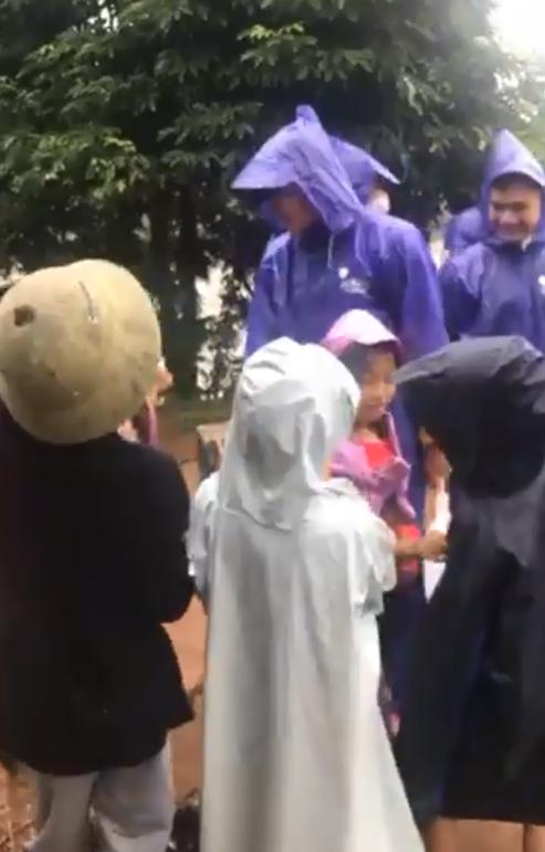 Thủy Tiên - Công Vinh đội mưa lớn đi trao tiền cho người dân miền Trung, tiếp tục nhắc lại câu nói gây xúc động-4