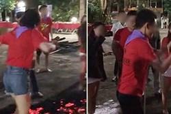 Cộng đồng mạng xôn xao với cảnh tượng đám đông hò reo giục cô gái đi trên đống than đỏ rực, kết quả khiến ai cũng bất ngờ lẫn tranh cãi