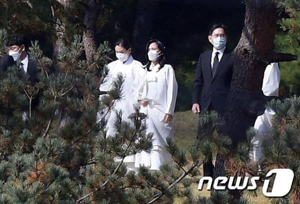 Lễ tang đưa tiễn chủ tịch Samsung về nơi an nghỉ cuối cùng: Gia quyến thất thần, chồng cũ cựu Á hậu Hàn Quốc cũng có mặt-12