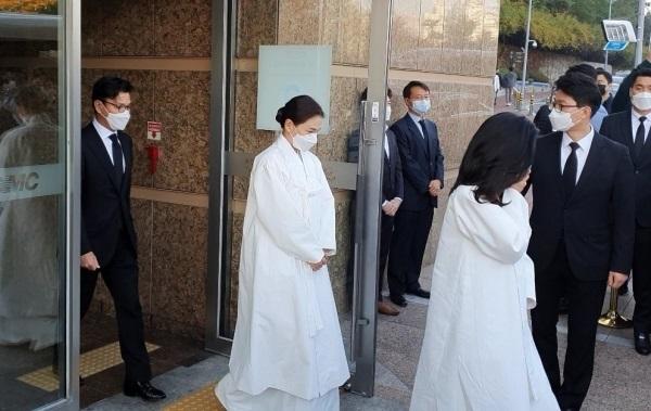 Lễ tang đưa tiễn chủ tịch Samsung về nơi an nghỉ cuối cùng: Gia quyến thất thần, chồng cũ cựu Á hậu Hàn Quốc cũng có mặt-5