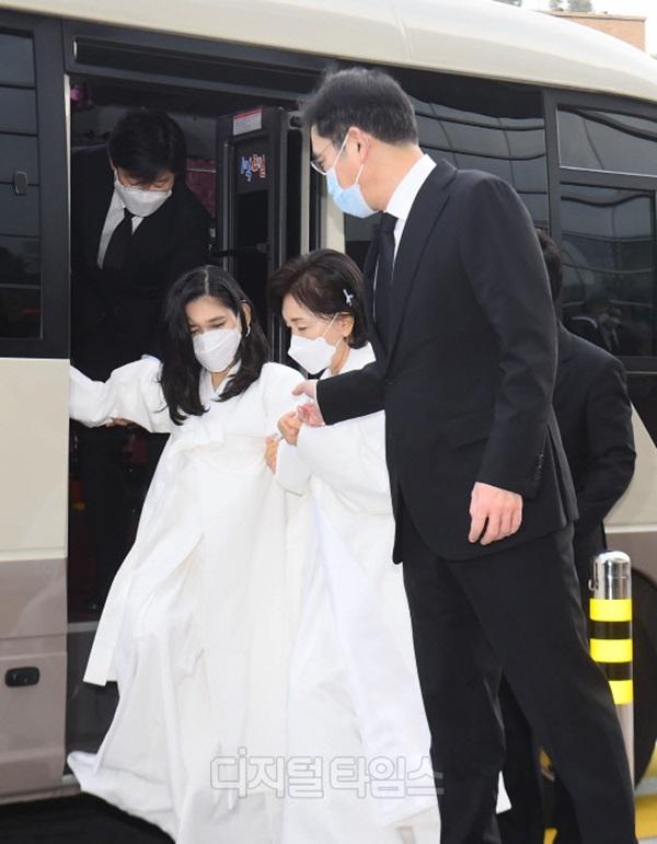Lễ tang đưa tiễn chủ tịch Samsung về nơi an nghỉ cuối cùng: Gia quyến thất thần, chồng cũ cựu Á hậu Hàn Quốc cũng có mặt-8