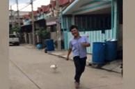 Tình huống hài hước: Con gà hung hãn rượt đuổi người đàn ông chạy thục mạng trên phố