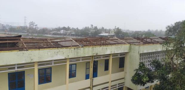 Trường học tan hoang, tốc mái, cây cối đổ la liệt chặn ngang lối đi khi bão số 9 ập đến-2