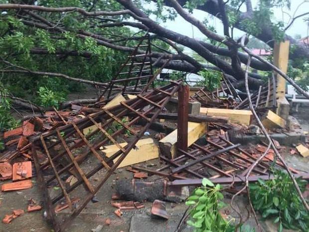 Trường học tan hoang, tốc mái, cây cối đổ la liệt chặn ngang lối đi khi bão số 9 ập đến-3