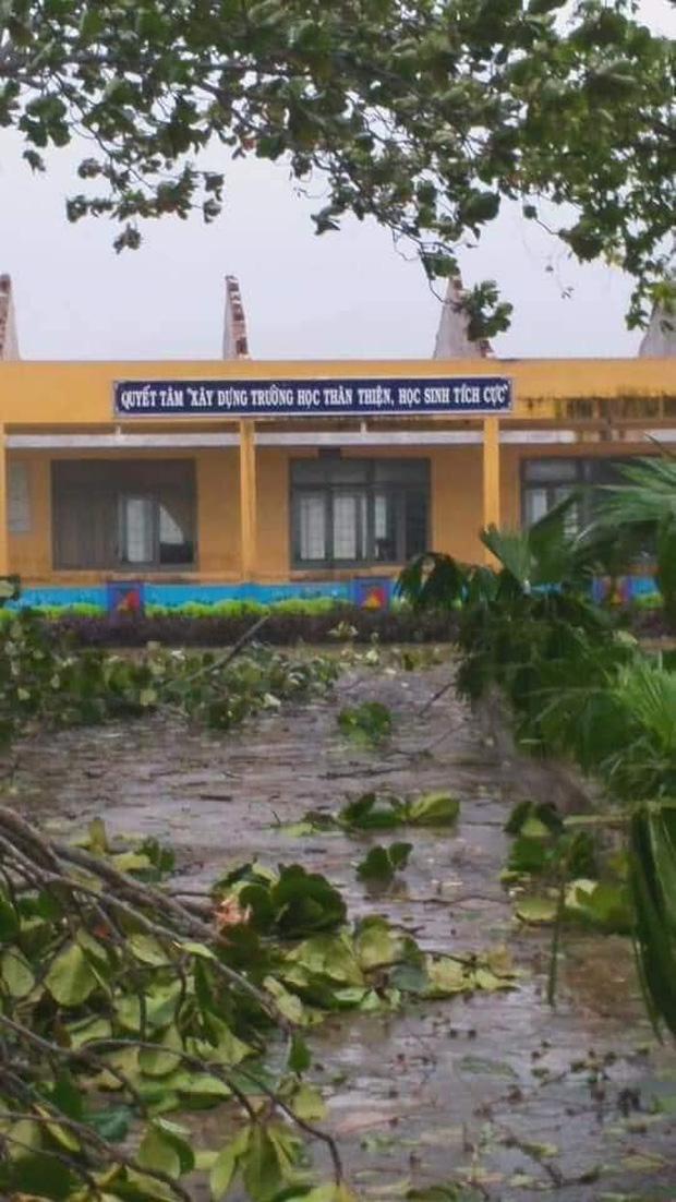 Trường học tan hoang, tốc mái, cây cối đổ la liệt chặn ngang lối đi khi bão số 9 ập đến-6