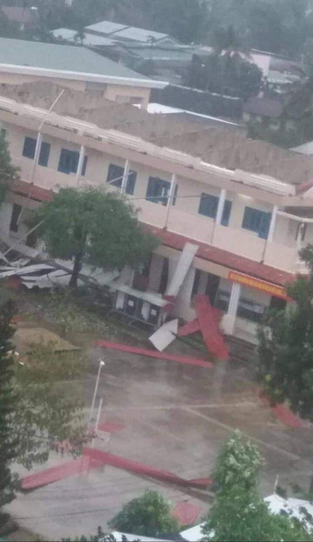 Trường học tan hoang, tốc mái, cây cối đổ la liệt chặn ngang lối đi khi bão số 9 ập đến-4