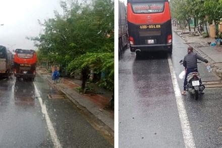 Ấm lòng cảnh người dân Huế dù đang cùng chịu ảnh hưởng bão số 9 vẫn gõ cửa từng chiếc xe xếp hàng trú bão để phát cơm ăn, nước uống miễn phí