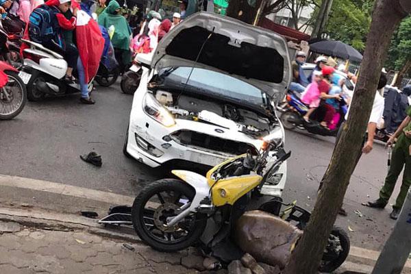 Ô tô 'điên' mất lái hất văng người đi xe máy vào nhà dân ven đường